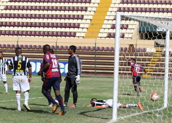 Gracias a los goles de Smith, Salas y Carazas, Alianza Universidad se impuso por un cómodo 3-0 ante Alianza Universidad. (Foto: Mihay Rojas / DeChalaca.com)