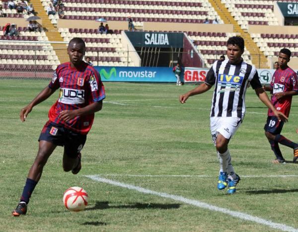El colombiano José Adalberto Cuero se mostró desequilibrante por el sector izquierdo del ataque de Alianza Universidad. (Foto: Mihay Rojas / DeChalaca.com)