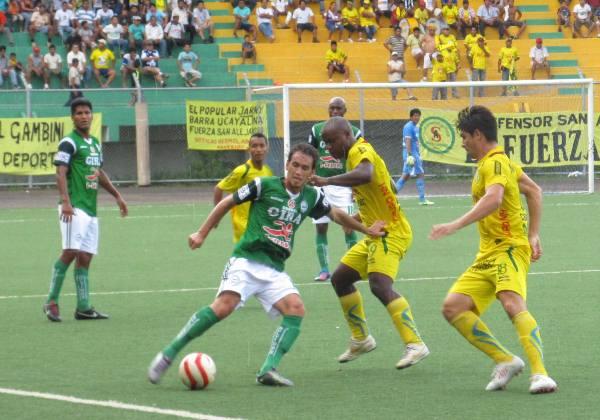 Cáncar trata de salir de la presión de Luis Portilla. El partido entre Los Caimanes y San Alejandro fue muy disputado en el medio campo.  (Foto: Davidson Arce)