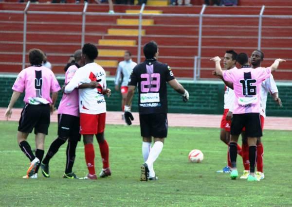 Al finalizar el partido, los jugadores de Boys se acercaron a consolar a los jugadores de Alfonso Ugarte, quienes quedaron apesadumbrados ante un frustrado intento de ascenso. (Foto: Miguel Koo Vargas / DeChalaca.com)