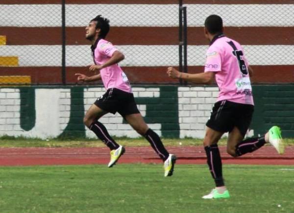 Mario Ceballos marcando con camiseta de Boys en la Segunda División 2013. (Foto: archivo DeChalaca.com)