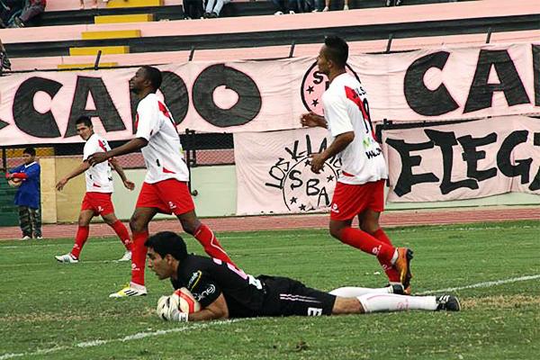 Alfonso Ugarte se cayó en su último partido y ello parece haber afectado el ánimo entre los encargados de dirigir los destinos del equipo puneño (Foto: Miguel Koo Vargas / DeChalaca.com)