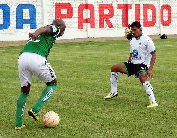 El colombiano Roller Cambindo también estuvo muy activo para intentar hacer daño en el arco del cuadro arequipeño (Foto: Iván Baca / DeChalaca.com)
