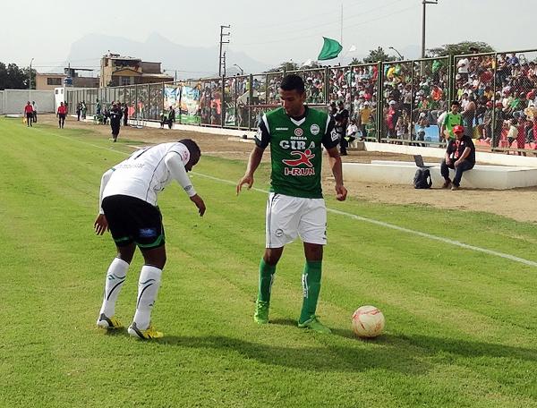 Con pocos apuros en defensa al inicio del partido, jugadores como Moisés Cabada tuvieron tiempo para darse una escapada en ataque (Foto: Iván Baca / DeChalaca.com)