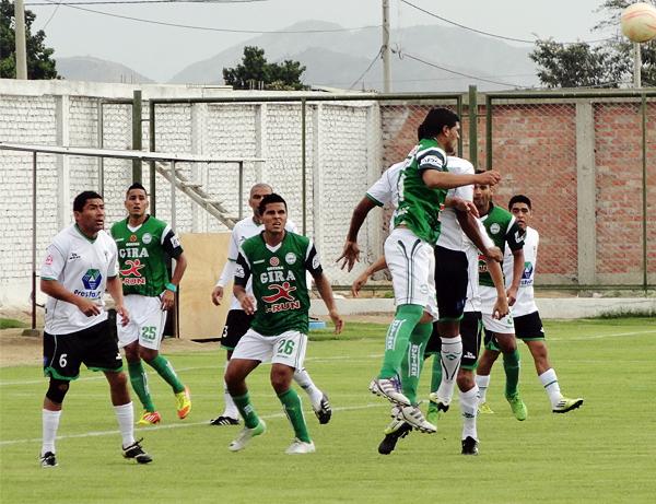 Los Caimanes cargó con todo sobre el área de Huracán que respondió hasta donde pudo para evitar recibir un gol (Foto: Iván Baca / DeChalaca.com)