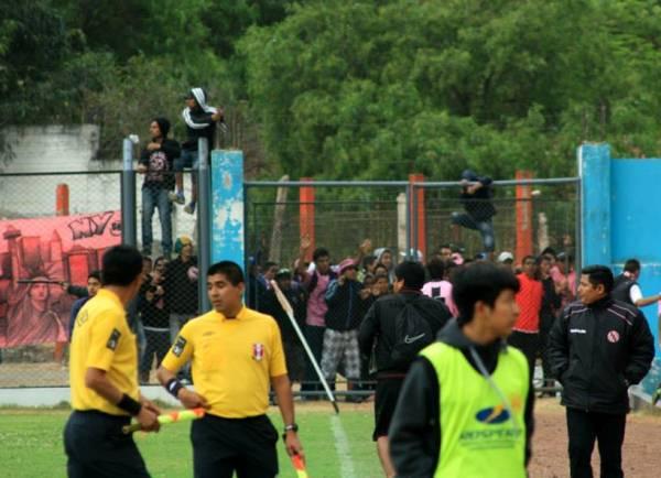 Un grupo de vándalos escuchados en los colores de Boys protagonizaron actos de violencia durante y después del cotejo en Matucana. (Foto: Luis Chacón / DeChalaca.com)