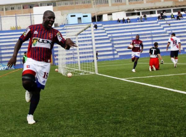 Jesús Reyes abrió la cuenta en Villa El Salvador y firmó su tanto número 13 en el torneo. El atacante de Alianza Universidad se irguió como el goleador del torneo. (Foto: Miguel Koo Vargas / DeChalaca.com)