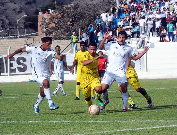 Walter Ormeño quiso cerrar su campaña con un buen resultado en Quilmaná ante San Alejandro pero los de Pucallpa se llevaron el triunfo (Foto: Luis Tasayco Sánchez)