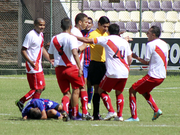 La tónica del partido en Huánuco fue ver a los jugadores protestando luego de una falta, lo que acabó por llevar el encuentro hacia un final abrupto (Foto: Mihay Rojas / DeChalaca.com)