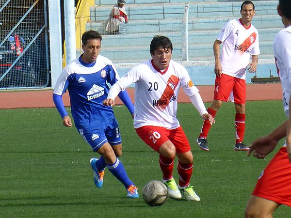 Alfonso Ugarte pudo mantener a raya el ataque del Huaral gracias a la labor de jugadores como Héctor Quintanilla, que aquí se anticipa a Pablo Espíndola (Foto: Puno Deportes)