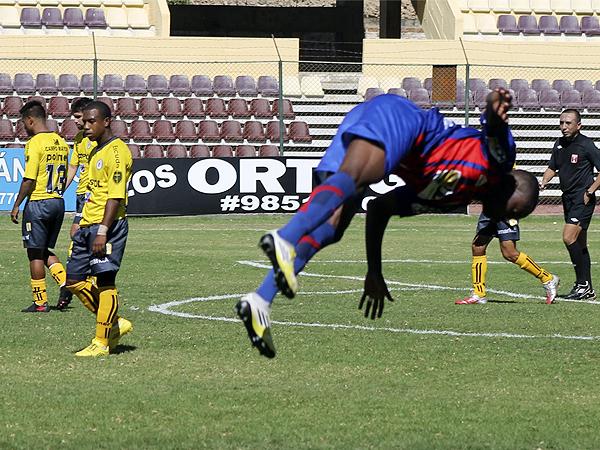 Smith celebra su gol de penal con una de sus acostumbradas piruetas en el triunfo de Alianza Universidad sobre Coopsol (Foto: Mihay Rojas / DeChalaca.com)