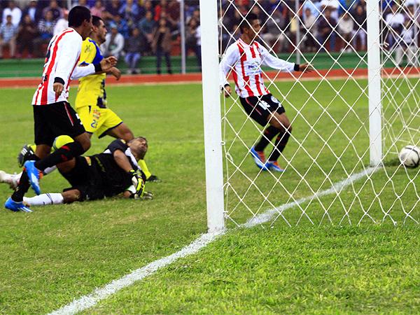A Huaral le costó lograr el empate hasta que Josef Chávez pudo desviar un remate cruzado para superar a Esteban Mendoza y decretar el 1-1 (Foto: Luis Chacón / DeChalaca.com)