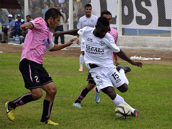 Felix Orode no tuvo respuesta ante la buena defensa que plantó Boys en Quilmaná y que tuvo a Jorge Huamán como uno de sus referentes (Foto: Jorge Montenegro / prensa ADFP-SD)