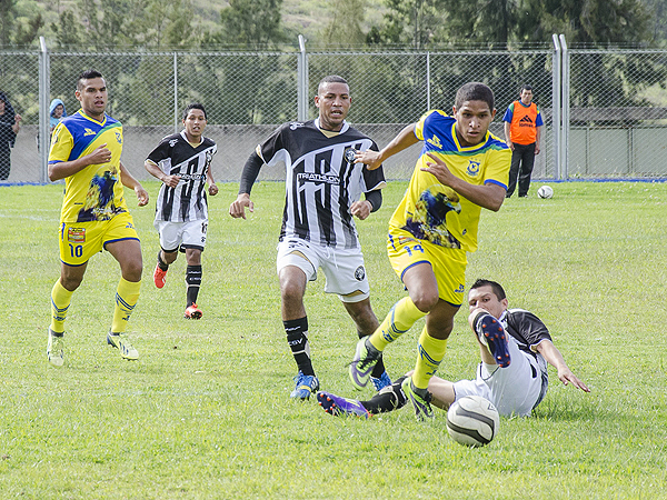 Adhemir Cleque se escapa de la defensa de Sport Victoria, pero al punta de Comerciantes le faltó definición (Foto: Jhon Llatas / prensa ADFP-SD)