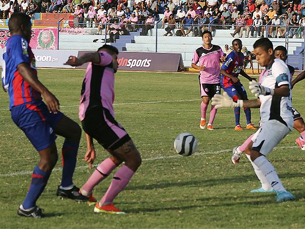 Ángelo Campos y la defensa de Pacífico estuvieron en grandes aprietos frente al ataque de Alianza Universidad (Foto: Mihay Rojas / DeChalaca.com)