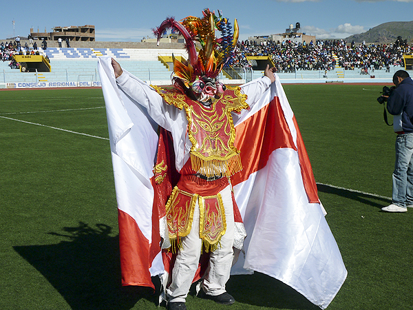 La mascota de Alfonso Ugarte liderando la entrada del equipo puneño a la cancha cuando aún se dejaba ver en la Copa Perú (Foto: Puno Deportes)