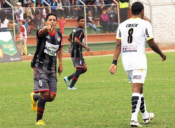 Huaral sorprendió con un uniforme de listones grises y negro. (Foto: Marco Villaflor)