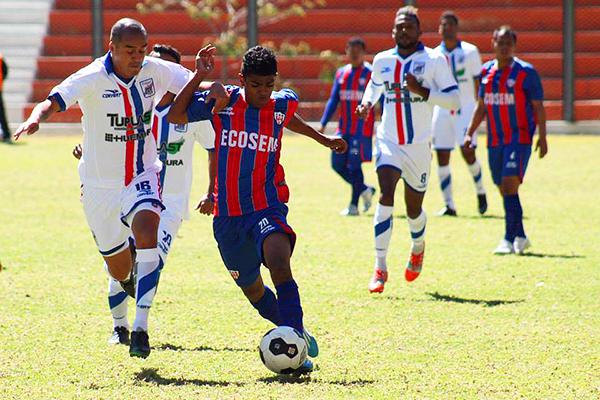 Ante Minero, Mannucci usó un uniforme blanco con líneas azules y rojas. (Foto: Julio Aricoché / prensa Atlético Minero)