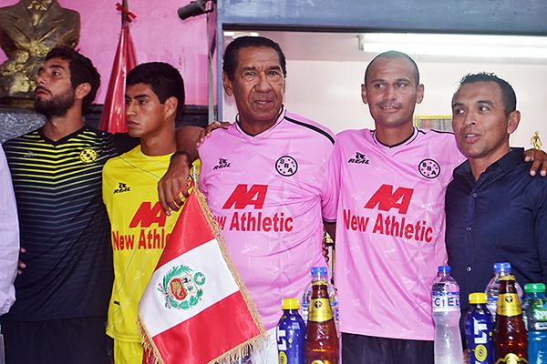 Con la presencia de ídolos como Julio Meléndez, Sport Boys presentó su camiseta para la temporada 2015 (Foto: José Salcedo / DeChalaca.com)