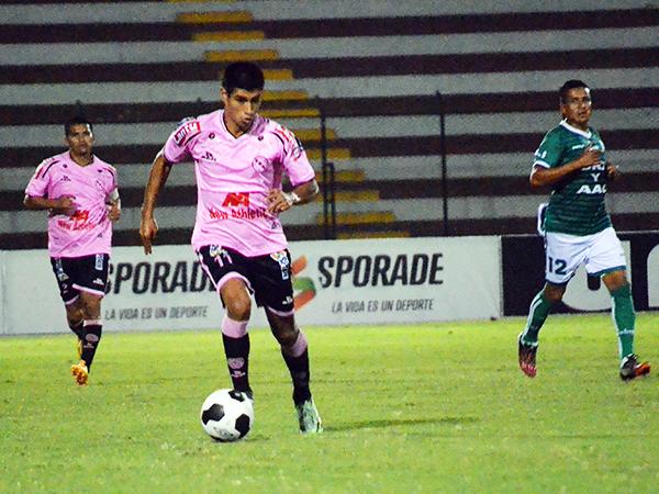 Barrientos aplicó su velocidad e hizo daño con el ataque rosado. (Foto: archivo DeChalaca.com)