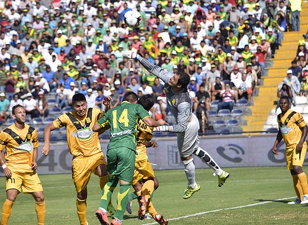 Nicosia descolgó varios centros de Einer Vásquez. (Foto: Raúl Chávarry / DeChalaca.com)