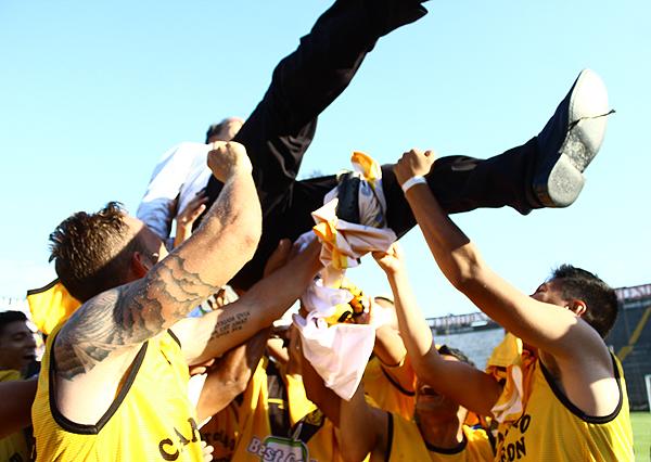 El vuelo de un exarquero campeón que se cobró la revancha personal y familiar de sonreír en los aires de Matute. (Foto: Raúl Chávarry / DeChalaca.com)