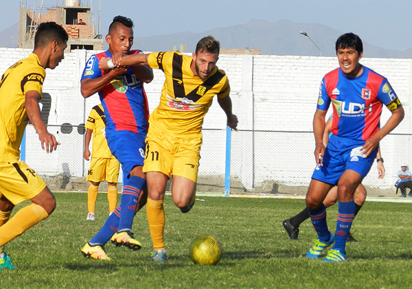 Cantolao, de los pies de Diego Pizarro, aceleró el partido tras la expulsión de Erick Coavoy en Alianza Universidad. (Foto: Mario Azabache / DeChalaca.com)