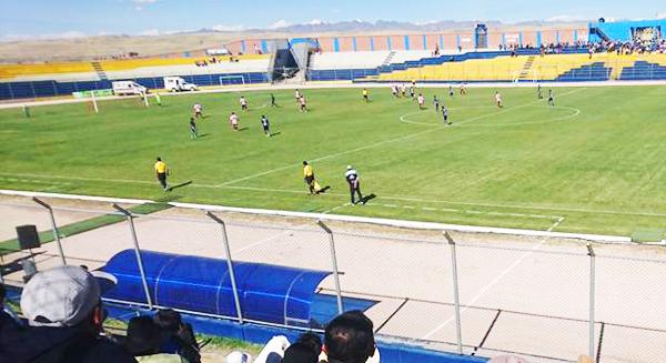 Así de lejos pareció ver el árbitro principal el codazo sobre Pinedo. (Foto: José Antonio Sutta)