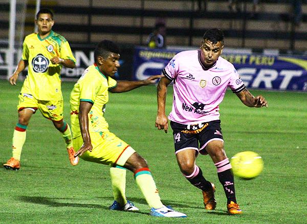 Boys acudió a los contragolpes. En uno de ellos, Pérez provocó la expulsión de Montalvo. (Foto: Pedro Monteverde / DeChalaca.com