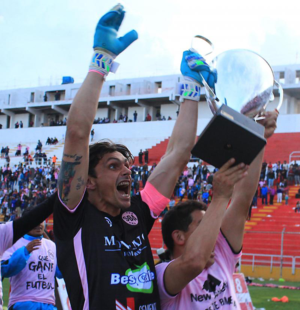 Daniel Ferreyra, uno de los pilares más importantes de Boys, celebra el título rosado en la Segunda División. (Foto: prensa ADFP-SD)