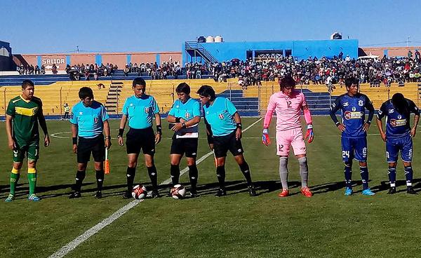 Ronaille Calheira y Mario Derteano fueron los capitanes de un partido con un desnivel enorme. (Foto: Mario Derteano)