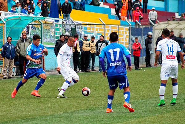 Alejandro Ramírez sigue de cerca a Tenchy Ugaz, quien sufrió en el fondo de Mannucci. (Foto: prensa Carlos A. Mannucci)