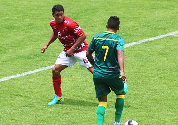 Einer Vásquez intenta desbordar a Víctor Gallardo, aunque sin mayor fortuna. (Foto: Henry Ramírez / Visión Deportiva Huaraz)