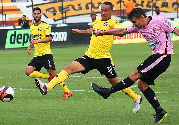 Guillermo Tomasevich saca el zurdazo ante la mirada de José Granda. (Foto: Julio Aricoché / prensa ADPF-SD)