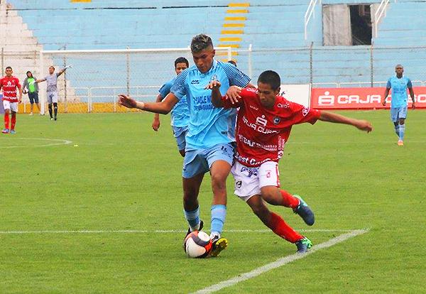 Fredy Salcedo intenta el desborde ante la marca de Bryan Otiniano. (Foto: prensa Cienciano)