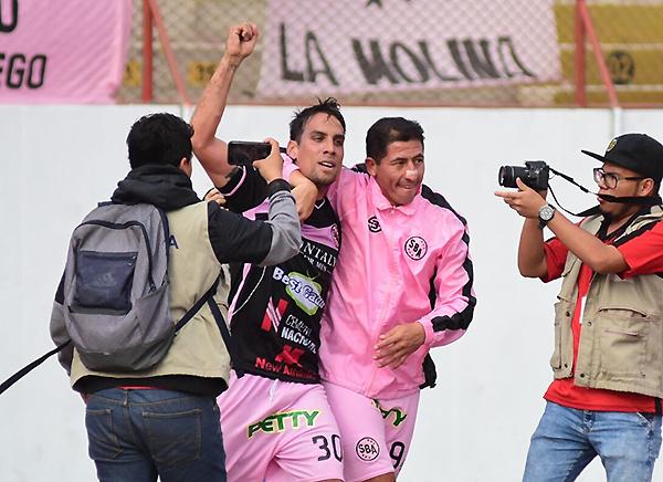 Guillermo Tomasevich celebra con Johan Fano el gol del empate rosado. ¿Será el tanto que determine la Segunda División 2017? (Foto: diario La Industria de Trujillo)