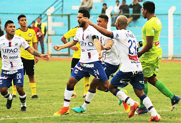 Eduardo Uribe celebra el gol en el último minuto. Mannucci rescató un empate de Arequipa. (Foto: prensa Carlos A. Mannucci)
