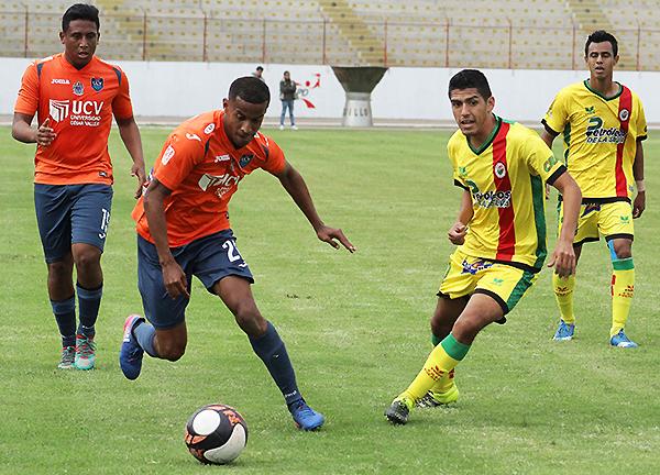 Guillermo Vernal se limita a observar como Juniors Ross emprende velocidad hacia el ataque. (Foto: Jair Acosta / prensa ADFP-SD)
