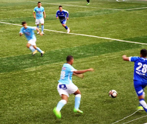 Hualgayoc fue muy superior a La Bocana. Camilo Jiménez ataca la posición de Víctor Labrín. (Foto: Libertad Deportiva Bambamarca)
