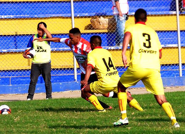 José María Córdova intenta superar con el juego individual a Sergio Hernández y Christian Pabón. (Foto: Georgina Carlos)
