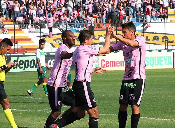 Guillermo Tomasevich y Johan Fano celebran uno de los tantos. Sin embargo, ¿alcanzará para el objetivo? (Foto: Julio Aricoché / prensa ADFP-SD)
