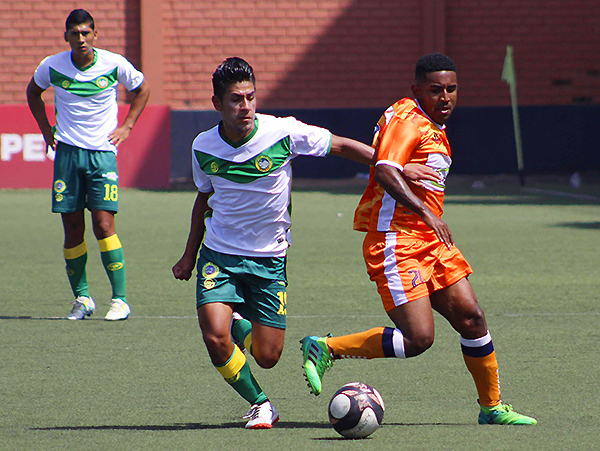 Víctor Zamudio disputa el balón con Deyair Reyes. (Foto: Julio Aricoché / prensa ADFP-SD)