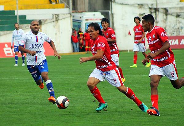 Ramón Rodríguez emprende carrera mientras Jorge Molina intenta alcanzarlo. (Foto: prensa Cienciano)
