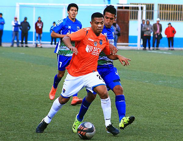 Junior Viza trató de darle profundidad al juego de la César Vallejo. Sin embargo, fue muy bien neutralizado por Hualgayoc, que dominó la mayor parte del encuentro. (Foto: Jair Acosta / prensa ADFP-SD)
