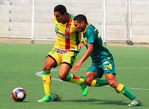 Guillermo Vernal y Alejandro Reyes pelean por el balón. (Foto: Jair Acosta / prensa ADFP-SD)