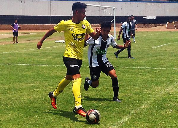 José Zurita cuida el balón ante la atenta mirada de Giovany Morales. (Foto: Kenny Romero / DeChalaca.com)
