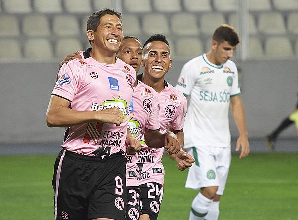 Johan Fano fue la gran figura de Sport Boys en la presentación ante Chapecoense por la 'Noche Rosada' (Foto: Raúl Chávarry / DeChalaca.com)