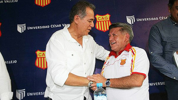 César Acuña y el abrazo fraterno con su par de Grau, elenco al que apoyará económicamente en la Copa Perú 2017 (Foto: diario Correo de Piura)