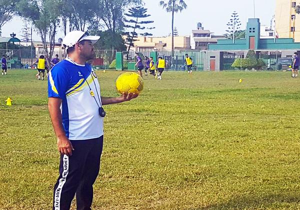 Sergio Ibarra comanda el grupo de 24 jugadores de Coopsol que entrena en el Carlos Moscoso de Surquillo (Foto: prensa Coopsol)