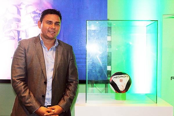 Sergio Ludeña y el balón que se usará en la Segunda División 2017. (Foto: prensa ADFP-SD)